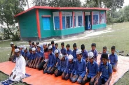 ঝিনাইদহে স্কুল মাঠে শিশুদের নামাজ শেখানো হচ্ছে
