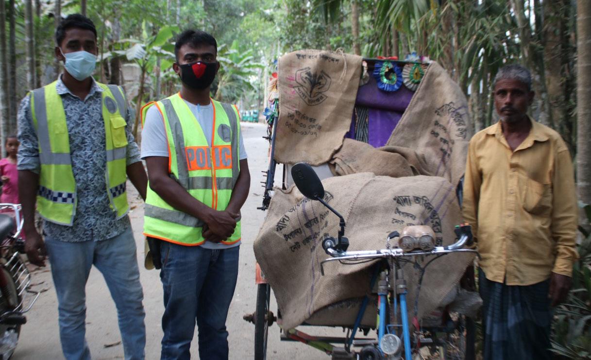 জঙ্গল থেকে সরকারি চাউল উদ্ধার! প্রশ্নবিদ্ধ খাদ্য কর্মকর্তা