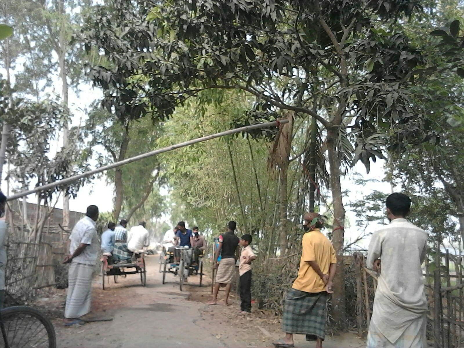 করোনা: লকডাউন বাস্তবায়নে বাঁশ দিয়ে রাস্তায় ব্যারিকেড