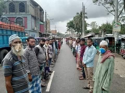 ভোলায় ত্রানের দাবীতে মানববন্ধন মাহিন্দ্র-অটো শ্রমিকদের