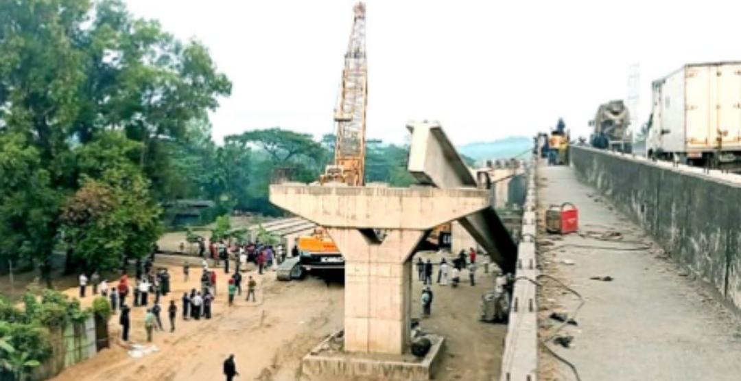 চট্টগ্রামে ক্রেন ভেঙ্গে ব্রীজের গার্ডার পড়লো রেললাইনে