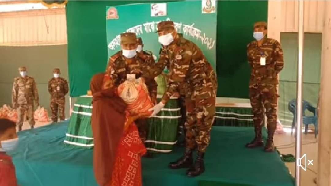 মুন্সিগঞ্জের লৌহজংএ সেনাবাহিনীর ত্রাণ বিতরণ